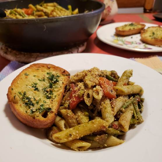 Penne with vegetables and garlic bread